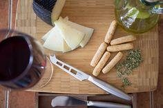 A merendar. Pan, queso, aceite, orégano y una copita de vino.