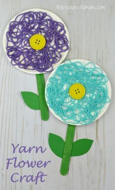 This is a great flower craft for kids to do in the spring, summer, or while studying flowers. The yarn adds texture and dimension to your flower craft. #manualidadesfaciles