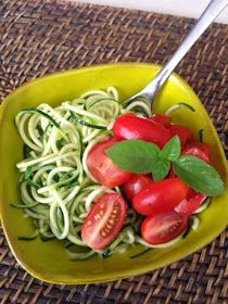 nesscooks: Raw Zoodles with Basil & Tomatoes Spiralizer Recipes, Healthy Alternatives, Light Recipes, Tomatoes, Basil, Zucchini, Spaghetti, Gluten Free, Chicken