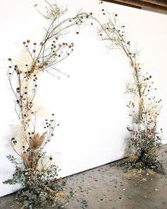 Op de wensenlijst; deze backdrop ⠀ ⠀ // by @oftheflowers via @100_layercake ⠀ ⠀ #trouwen #huwelijk #verloofd #thatsdarling #solovely #darlingmovement #pursuepretty #thehappynow #flashesofdelight #mybeautifulmess #bridalfashion #rocknrollbride #proudmaryweddings #trouwtrends #trouwplannen #engagednl #instawedding #instawed #weddingplanner #ceremoniemeester #indiebride #weddingflowers #flowerdesign #driedflowers #winterwedding