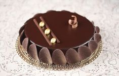 Verdade de sabor: entreme Chocolate mousse with crunchy praline Chocolate Cake Designs, Triple Chocolate Mousse Cake, Chocolates, Cake Truffles, Cupcakes, Birthday Cake For Him, Chocolate Garnishes, Creative Cake Decorating, Dessert Decoration