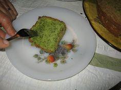 Desde que descobri esta receita, através de uma prima minha, tem sido muito engraçado ver o ar das pessoas enquanto contemplam este bolo e t...