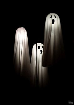 Easy Lighted Hanging Ghosts (A Dollar Store DIY) - Beauty hacks - Paper Diy Halloween Ghosts, Halloween Outside, Dollar Store Halloween, Halloween Porch Decorations, Outdoor Halloween, Halloween Kids, Halloween Crafts, Outdoor Decorations, Halloween Pumpkins
