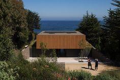 Casa Rocas by Studio Marcio Kogan Residential Building Design, Residential Architecture, Modern Architecture, Beautiful Architecture, Arch House, Studio Mk27, House Studio, Box Houses, Modern House Design