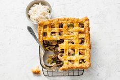Deze stevige pie met vlechtpatroon in het deeg is een feestje op tafel - Recept - Allerhande