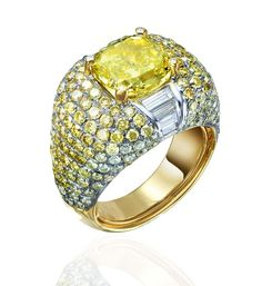Ann Lin Caesar Ring in white and yellow gold, with white and yellow diamonds and a central fancy yellow diamond, from the Colore collection.