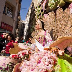 Carnaval in #Malaga is één van de vele traditionele evenementen die men kent. Een mooie optocht op zondag. Veel groepen die op straathoeken zingen of cabaret opvoeren. Vaak met veel humor over de politiek.