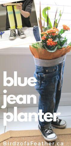 Upcycle old blue jeans into a blue jean planter Flower Planters, Diy Planters, Flower Pots, Planter Ideas, Jean Crafts, Denim Crafts, Bandana Crafts, Vitrine Jean, Diy Old Jeans
