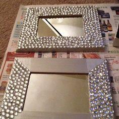 I've been spotting some fantastic DIY vanity mirror recently. Here are 17 ideas of DIY vanity mirror to beautify your room. Pot Mason Diy, Mason Jar Crafts, Mur Diy, Diy Vanity Mirror, Mirror Makeover, Dyi Mirror Frame, Wall Mirrors, Diy Casa, Creation Deco