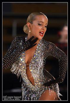 Strass aplicado em roupa de patinação artística. Lindo! www.laskani.com.br