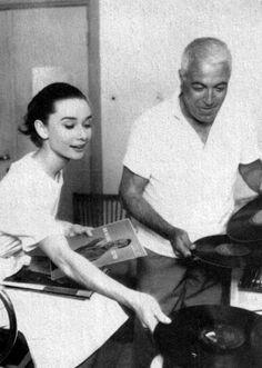 Audrey com seu maquiador, Alberto de Rossi, em 1958