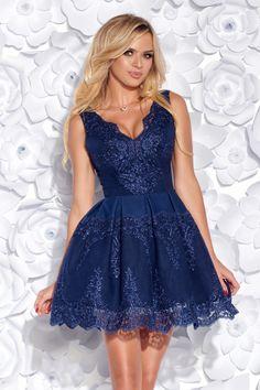 8ad7a8199c15 Elegantné šaty z efektnej vyšívanej krajky a mäkkej podšívky. Zmyselná  výšivka krásne zvýrazňuje dekolt.