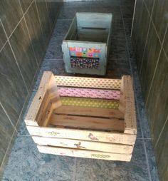 Cajas de naranjas antiguas que hemos reciclado para que los tiños guarden juguetes