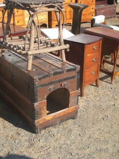Steampunk DIY Dog House OR Cat litter. I'm thinking for the darn cat litter. Animal Projects, Diy Projects, Steamer Trunk, Dog Rooms, Pet Furniture, Steampunk Diy, Litter Box, Pet Beds, Dog Houses