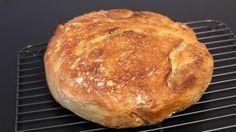 Verdens bedste brød som alle kan bage er en lækker opskrift af Max Rasmussen, se flere brød og boller på mad.tv2.dk