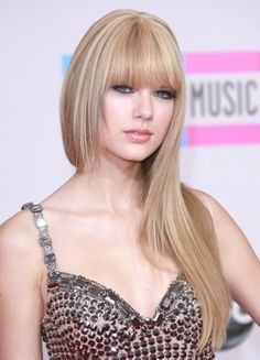 Taylor Swift debuts new hairstyle!