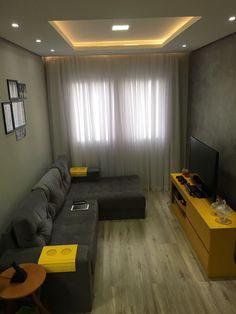 Sala de estar com piso laminado / parede do home com efeito concreto / teto rebaixado com sanca aberta e cortineiro.