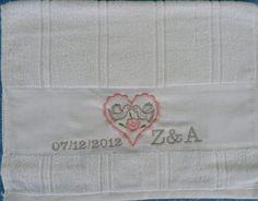 Toalhas da marca Dóhler com enfeites para lembrancinhas de casamento com as iniciais e data,  tamanho 30 cm x 45 cm. R$ 14,50