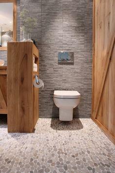 Landelijke wc met hout en grijze stenen