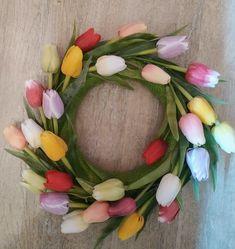 Jarní věnec na dveře z tulipánů