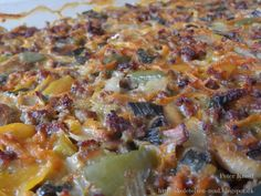Nemt og lækkert fad med kartofler, grøntsager og hakket oksekød. Som prikken over i'et blev fadet lige toppet med lækker bechamel sauce :...