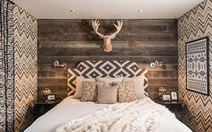 15 Log Cabin Style Meets Ethnic and Modern Interior Design Small Master Bedroom, Cozy Bedroom, Bedroom Decor, Bedroom Ideas, Viking Decor, Modern Lodge, Chalet Interior, Modern Interior Design, House Design
