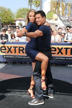 Elizabeth Berkley y Mario Lopez, una de las parejas estelares de Salvados por la campana, encantaron a los fans en todo el mundo al reunirse y posar para esta sugerente foto del año 2013.