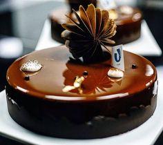 Торт молочный шоколад с ароматом кофе Нежные ореховые бисквиты, кремё шоколадное, хрустящий крустилант из двух видов ореха, мусс молочный шоколад и зеркальный гляссаж ✨
