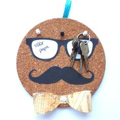 A simple and easy moustache themed key holder DIY gift. For the dad who always misplaces his keys. Perfec A simple and easy moustache themed key holder DIY gift. For the dad who always misplaces his keys. Handmade Father's Day Gifts, Diy Father's Day Gifts Easy, Diy Gifts For Him, Unique Gifts For Men, Father's Day Diy, Easy Diy Crafts, Gifts For Kids, Diy Gifts Dad, Simple Gifts