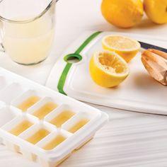Saviez-vous qu'il est possible de congelerle jus des citrons et des limes? Profitezdes rabais pour faire des provisions et…à vos presse-jus! Pressez les citrons etversez le jus dans des moules à glaçons.Lorsqu'ils seront congelés, placez-les dansun sac hermétique. Avant de les utiliser,décongelez les cubes 5 secondes aumicro-ondes. Chaque cube représente15 ml (1 c. à soupe) de jus.