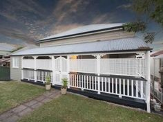 Gorgeous lattice and front verandah on this Queenslander house Veranda Railing, Privacy Screen Outdoor, Porch Privacy, Queenslander House, Front Verandah, Front Stairs, Wooden Greenhouses, Balcony Design, Australian Homes