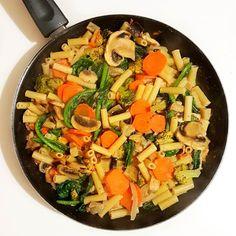 Que tal uma massa com cogumelos nabiças e outros legumes para terminar o dia de hoje? Delícia