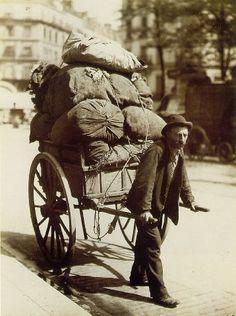 El pueblo llano. Se ganaba la vida ejerciendo todo tipo de trabajos.  Imagen: Eugène Atget. Carretero, 1899 - 1900.