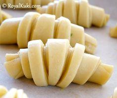 Peynirli Kolay Kruvasan Honeydew, Cantaloupe, Pastry Design, Food And Drink, Pizza, Fruit, Easy, Deserts, Cooking