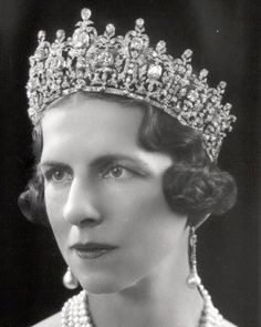Queen Helen of Romania wearing Queen Sophia& tiara. Tiara now with the Greek Royal family. Royal Crown Jewels, Royal Crowns, Royal Tiaras, Royal Jewelry, Tiaras And Crowns, Princesa Victoria, Greek Royal Family, Queen Sophia, Diamond Tiara