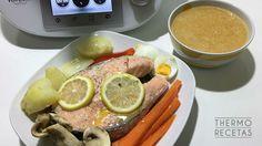 Menú completo: Salmón al vapor y consomé de verduras. Una manera fácil y sana de ofrecer un menú amplio y nutritivo en apenas 25 minutos. Sausage, Salmon, Fish, Breakfast, Healthy, Recipes, Robot, Vegetarian Recipes, Cooking Recipes