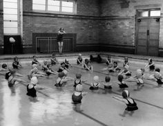 Girls at Woodthorpe Council School, an elementary school run by Sheffield Education Committee, learning how to swim in their newly-completed swimming pool. Get premium, high resolution news photos at Getty Images Funny Vintage Photos, Vintage Images, Swim School, School Days, Vintage Swim, Learn To Swim, Swim Lessons, Lifeguard, Still Image