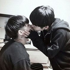 парни, поцелуй, брюнеты
