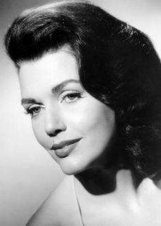 ELIZABETH ALLEN est une actrice américaine, née le 25 janvier 1929 à Jersey City et décédée le 19 septembre 2006 à Fishkill. Filmographie principale : -1963 La Taverne de l'Irlandais (Donovan's Reef) de John Ford. -1963 Le Seigneur d'Hawaï (Diamond Head) de Guy Green. -1964 Les Cheyennes (Cheyenne Autumn) de John Ford.