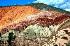 La quebrada de Humahuaca Jujuy):Las sierras presentan distintas tonalidades de acuerdo con los minerales que las conforman. Ese paisaje se encuentra entre los 2000 y 4000 metros de altura sobre el nivel del mar, y tiene una franja de 13 kilómetros de ancho regada, en tiempos de deshielo, por el Río Grande, fresco y caudaloso.
