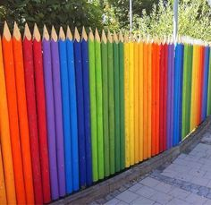 Ideas For A Garden Fence Design - Uncinetto Yard Design, Fence Design, Sensory Garden, Pallet Fence, Fence Art, Outdoor Classroom, Yard Art, School Design, Rainbow Colors
