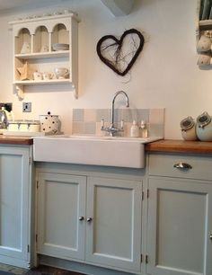 Cozy Kitchen Decorating with Farmhouse Sink Ideas 03 Home Kitchens, Cool Kitchens, Cozy Kitchen, Kitchen Diner, Kitchen Inspirations, Kitchen Decor, Country Kitchen, New Kitchen, Shabby Chic Kitchen