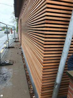 Afzelia Open gevel Mol (BE)   Paulussen houthandel de specialist Wooden Cladding, Exterior Wall Cladding, House Cladding, Wooden Slats, Wood Slat Wall, Container House Design, House Elevation, Facade Architecture, Fence Design