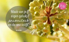 Maak van je eigen geluk prioriteit en de rest volgt - Als jij gelukkig bent ben je een voorbeeld voor anderen en plezierig om mee om te gaan. Dutch Quotes, Just Be You, Positive Vibes, Self, Positivity, Words, Mindfulness, Change, Beautiful