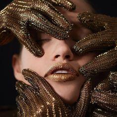 O #Batom #Metalizado #Aquarela vem para ousar. Inspirado nas #riquezas do #solo e das #pedras brasileiras, é perfeito para inspirar, experimentar e colorir o seu #look. #makeup #Invernobrasileiro