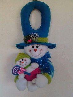 Picaporte Christmas Wood, Christmas Snowman, Christmas Holidays, Christmas Crafts, Christmas Ornaments, Felt Snowman, Diy Snowman, Snowmen, Felt Decorations