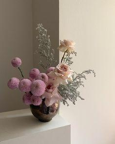 Beautiful flowers by Polina Chentsova ( for Ikebana, Flower Vases, Flower Art, Interior Design Minimalist, Plants Are Friends, Vase Arrangements, Arte Floral, Pretty Flowers, Design Magazine