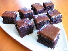 """""""A question that sometimes drives me hazy: am I or are the others crazy?"""" (Albert Einstein). """"Crazy Chocolate Cake"""" er en amerikansk storfavoritt! Oppskriften er veldig spesiell, da den hverken inneholder egg, melk, smør eller bakepulver. I stedet kjennetegnes den ved ingrediensene olje, vann, eddik, vaniljeessens og kakao. Kaken høres merkelig ut når du leser oppskriften, men får faktisk en helt usedvanlig myk og deilig konsistens og en fantastisk god smak! Kaken er veldig lett å lage, og…"""