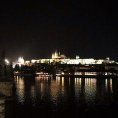 Instagram【kikku.s】さんの写真をピンしています。 《プラハに来たよ 寒い❄ #プラハ#チェコ #RepúblicaCheca  #メルヘン#praga#プラハ城 #東ヨーロッパ#夜景 #instatravel#trip#travel #viajé#旅の思い出》