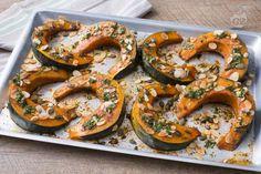 La zucca al forno, guarnita con croccante frutta secca e un delizioso olio profumato alla salvia e prezzemolo, è un contorno che vi conquisterà!